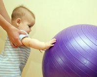 Малыш с фитболом