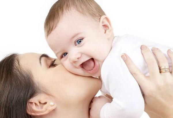 Мама целует пятимесячного малыша