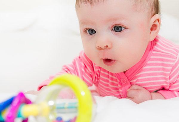 Пятимесячный малыш с игрушкой