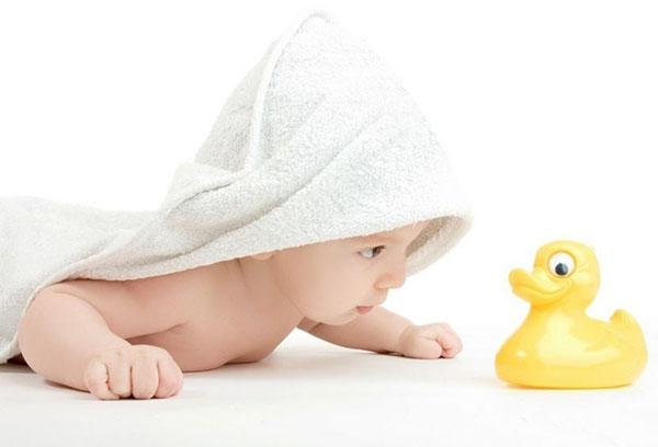 Пятимесячный ребенок с резиновой уточкой