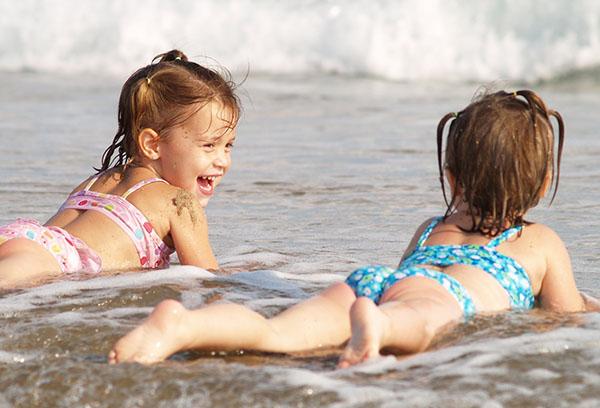 Две девочки на берегу моря