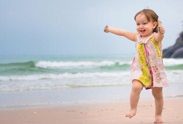 Девочка двух лет на берегу моря