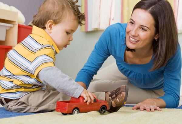 Мама играет с двухлетним ребенком