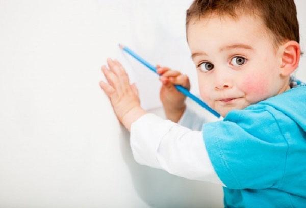 Ребенок рисует карандашом