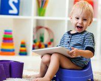 Двухлетний малыш на горшке с планшетом