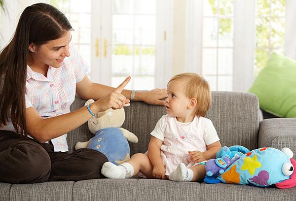 Мама играет с маленьким ребенком
