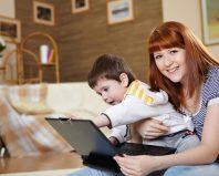 Мама с малышом за ноутбуком