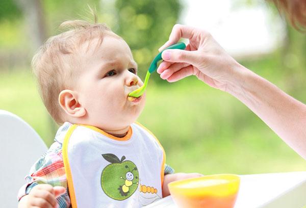 Кормление ребенка фруктовым пюре