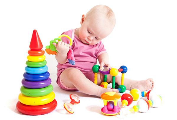 Годовалый ребенок с игрушками