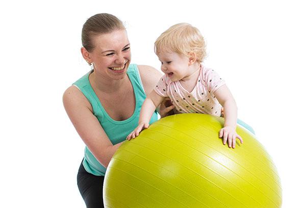 Занятия на фитболе с ребенком