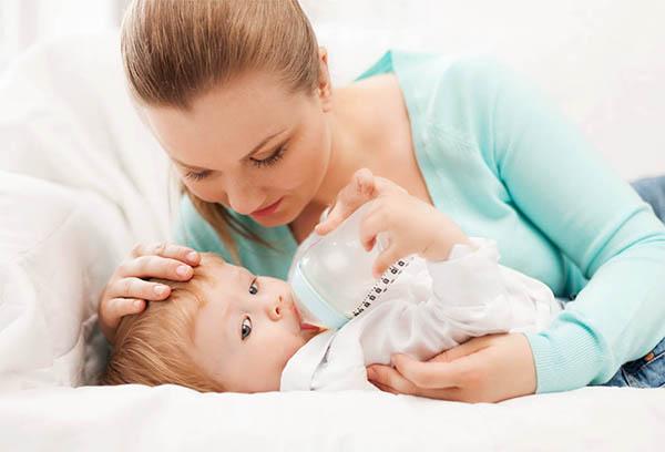 Мама укладывает малыша