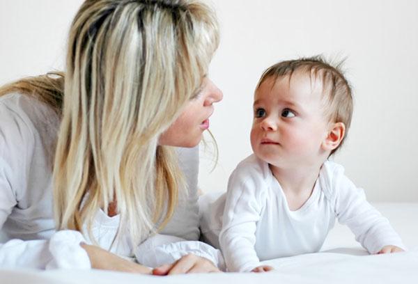 Мама учит малыша говорить