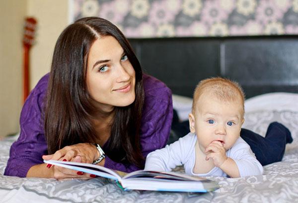 Мама читает ребенку книжку