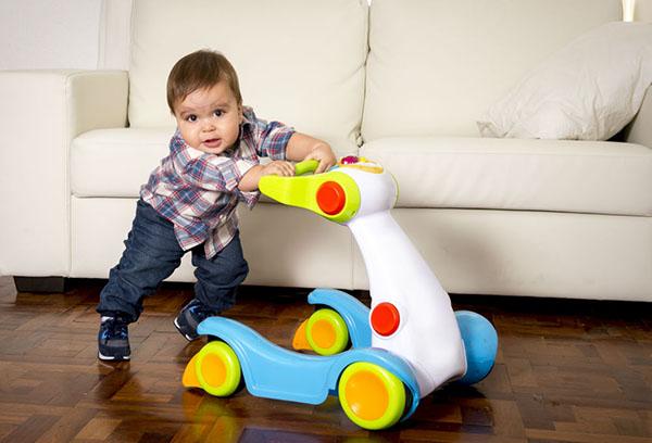 Ребенок двигает перед собой игрушку