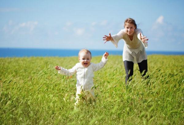 Мама с ребенком в поле