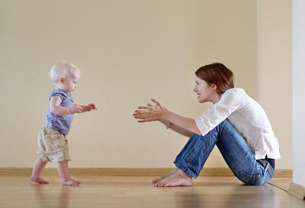 Мама помогает ребенку научиться ходить