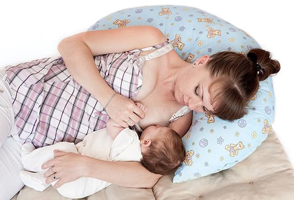 Кормление ребенка с опорой на специальную подушку