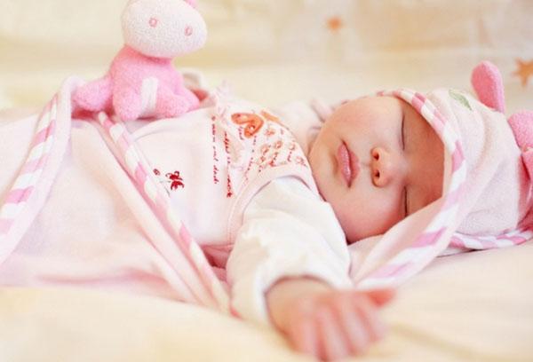 Спящая двухмесячная девочка