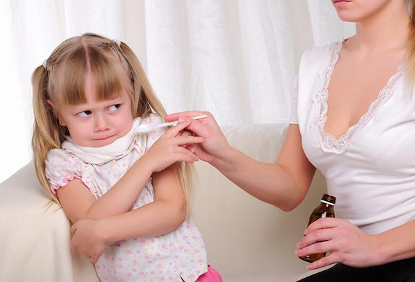Мама дает девочке сироп от кашля
