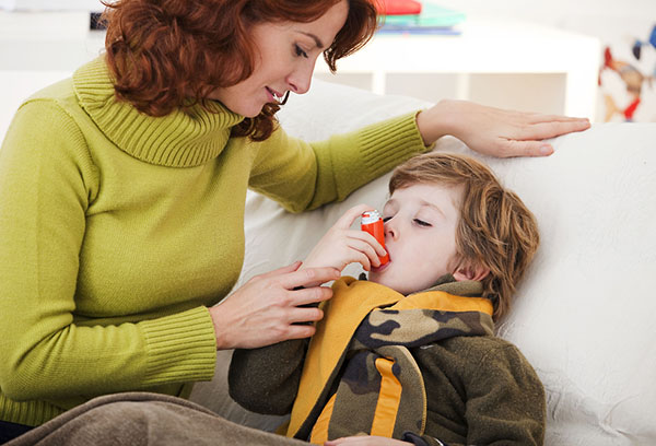Ребенок использует ингалятор