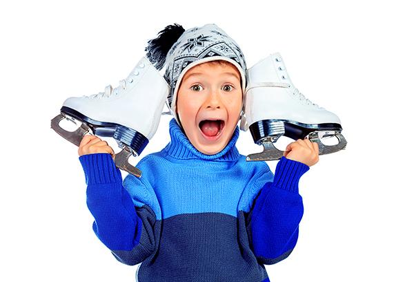 Мальчик с коньками для фигурного катания