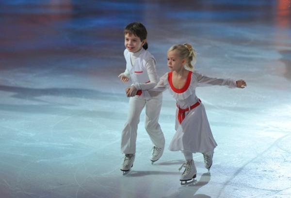 Юные фигуристы на льду