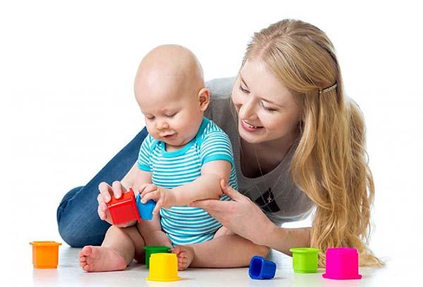 Мама играет с 9-месячным ребенком