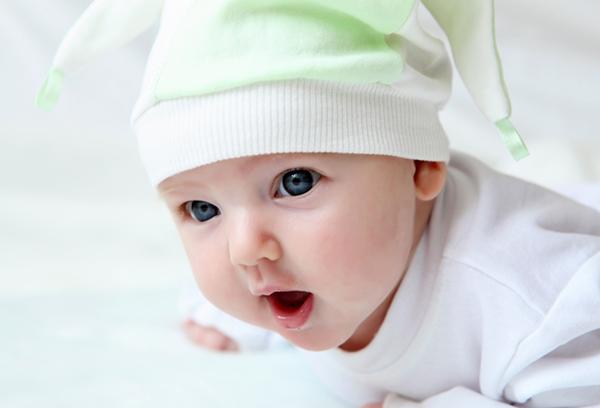 Двухмесячный малыш держит голову