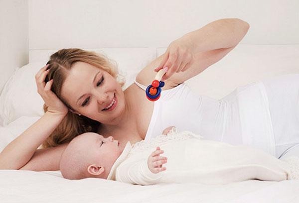 Мама играет с малышом в 2 месяца
