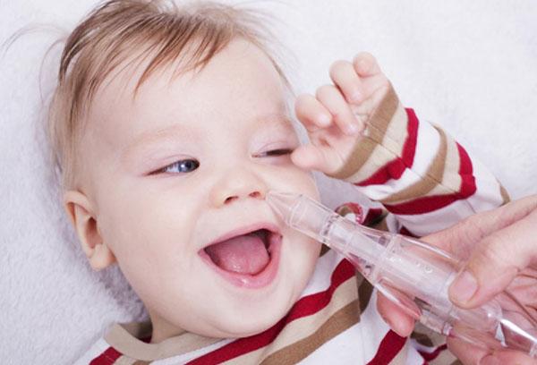 Использование аспиратора при насморке у ребенка
