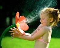 Девочка обливается водой