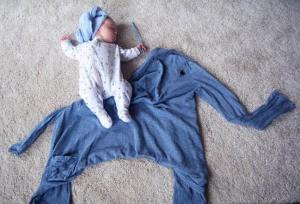 Спящий малыш на слоне из кофты