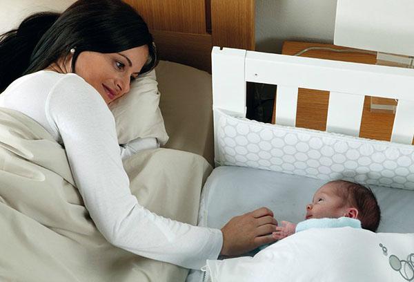 Мама укладывает малыша спать