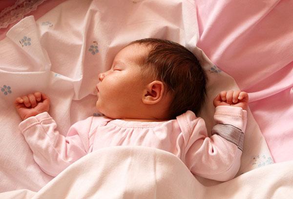 Спящая трехмесячная девочка