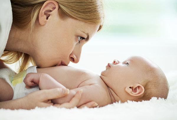 Мама целует малыша