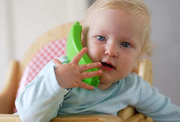 Малыш с игрушечным телефоном