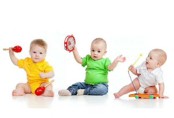 Малыши с музыкальными игрушками