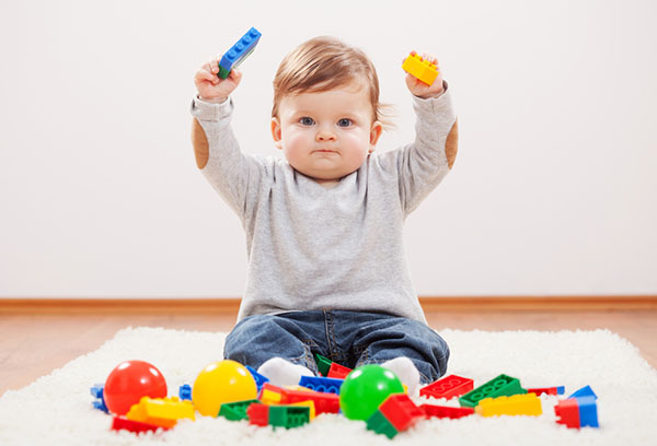 Годовалый ребенок играет