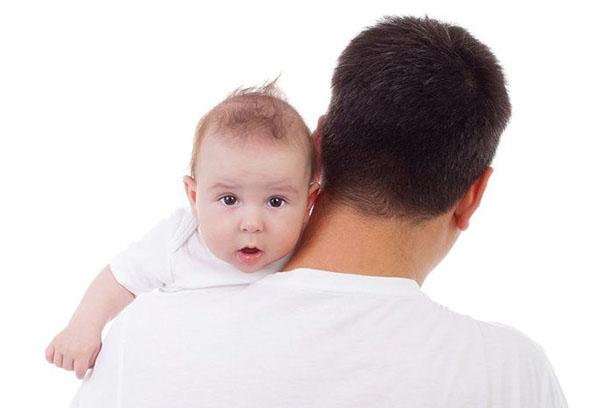 Папа держит малыша