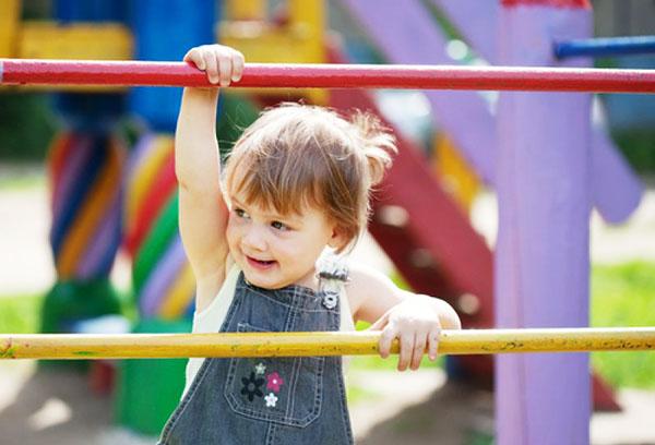Трехлетний ребенок на детской площадке