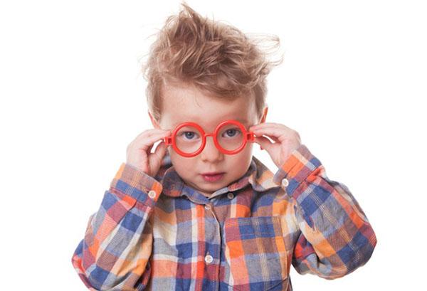 Трехлетний ребенок надевает очки
