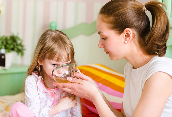 Ребенок пьет отвар от кашля