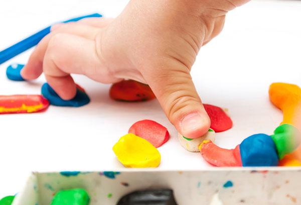 Ребенок лепит из пластилина