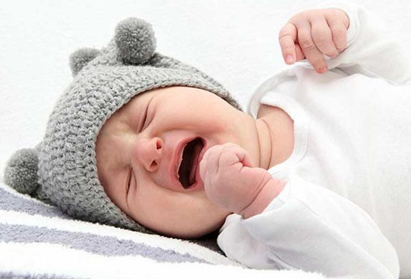Новорожденный плачет во сне