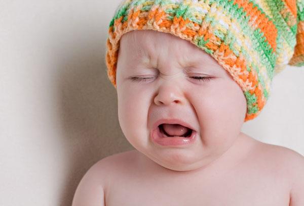 Полугодовалый малыш плачет
