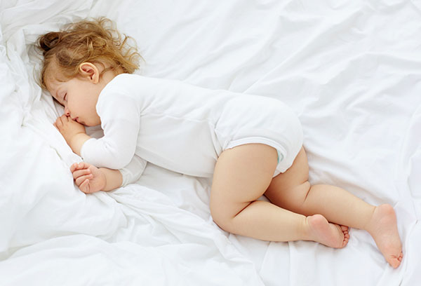 Двухлетняя девочка спит