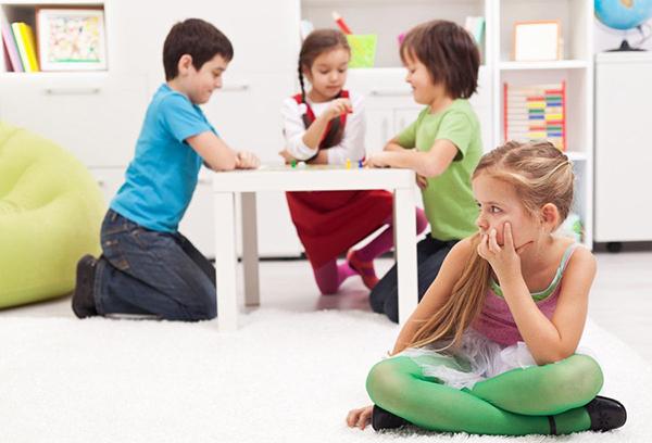 Девочка не общается со сверстниками