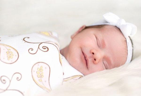 Новорожденный спит в пеленке