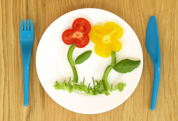 Овощи в виде цветов на тарелке