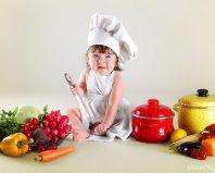 Маленькая девочка играет в повара